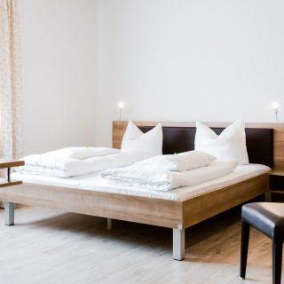 Zimmer mit Doppelbett im Ambienthotel Palko in Dingolfing