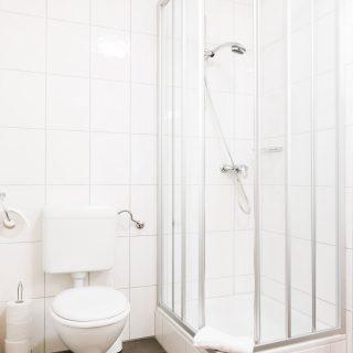 Bad mit dusche im Hotel Palko in Dingolfing