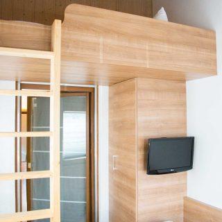 Einzelzimmer mit Fernseher in Dingolfing