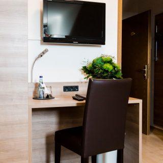 Zimmer mit Schreibtisch in Dingolfing