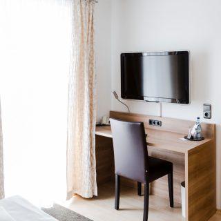 Hotelzimmer mit Schreibtisch in Dingolfing