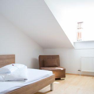 Einzelzimmer mit Sessel bei Hotel Palko in Dingolfing