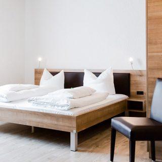 Hotelzimmer mit Doppelbett in Dingolfing