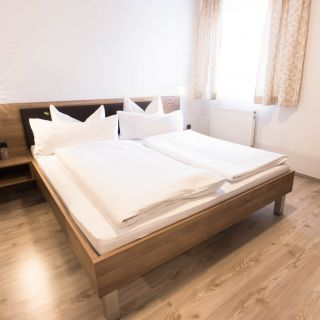seeholzer-palko-dingolfing-hotel-zimmer-doppelbett