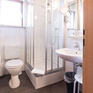 Zimmer mit Dusche bei Hotel Palko in Dingolfing