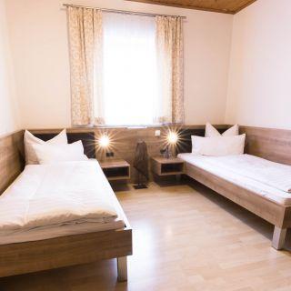 Doppelzimmer mit getrennten Betten bei Hotel Palko in Dingolfing